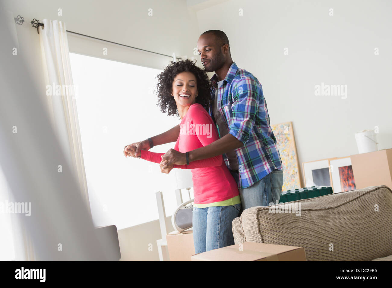 Adulto medio pareja de bailarines en el nuevo hogar Imagen De Stock