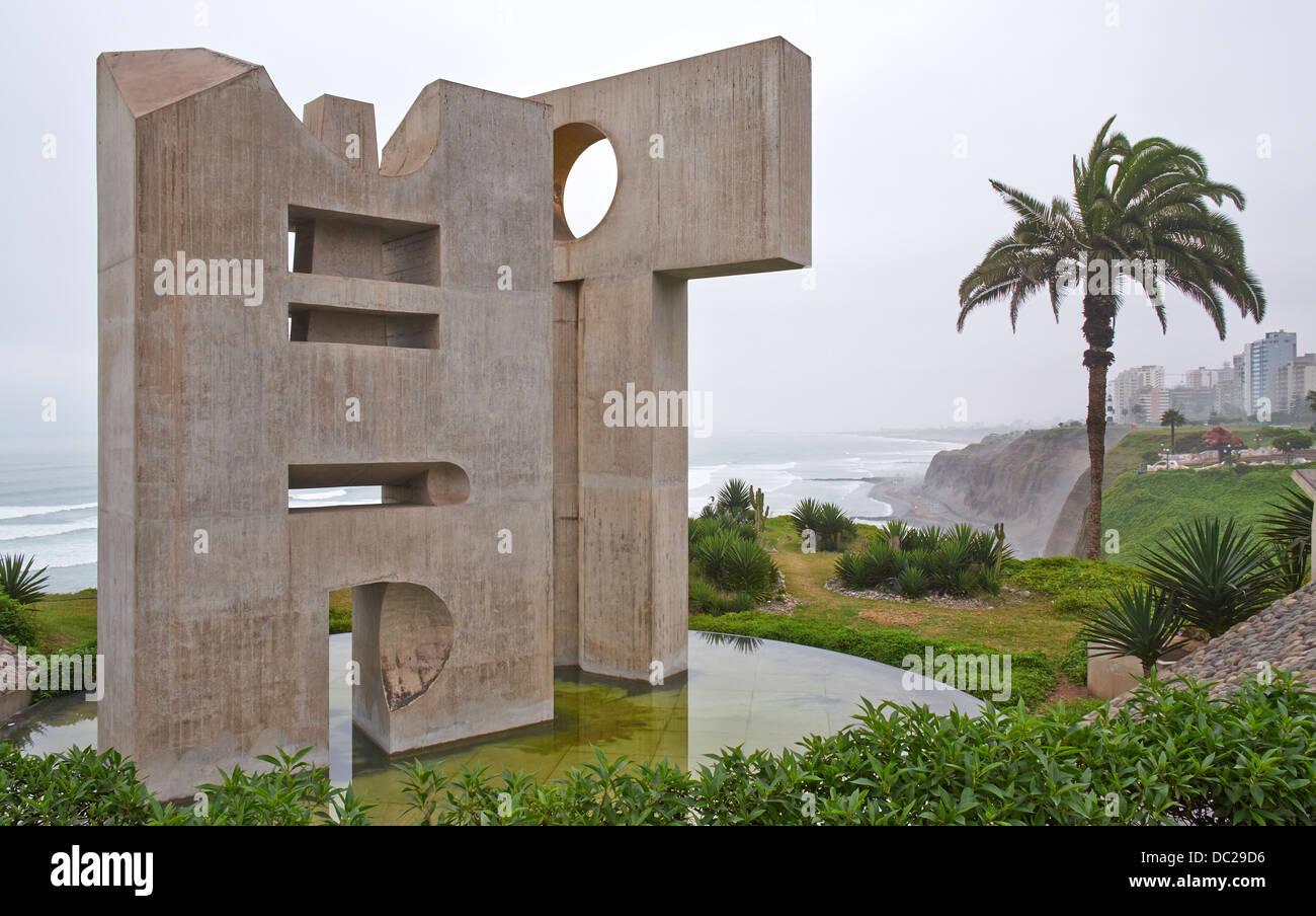 Intihuatana en el Parque del Amor en los acantilados de Miraflores en Lima, Perú. Imagen De Stock