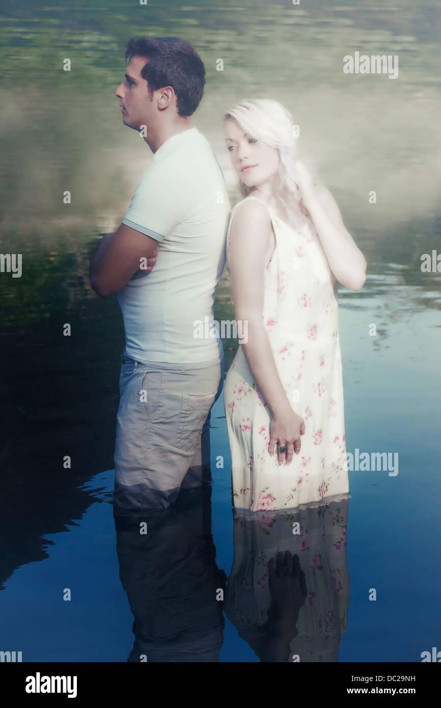Una pareja en el agua, tiene un conflicto Imagen De Stock