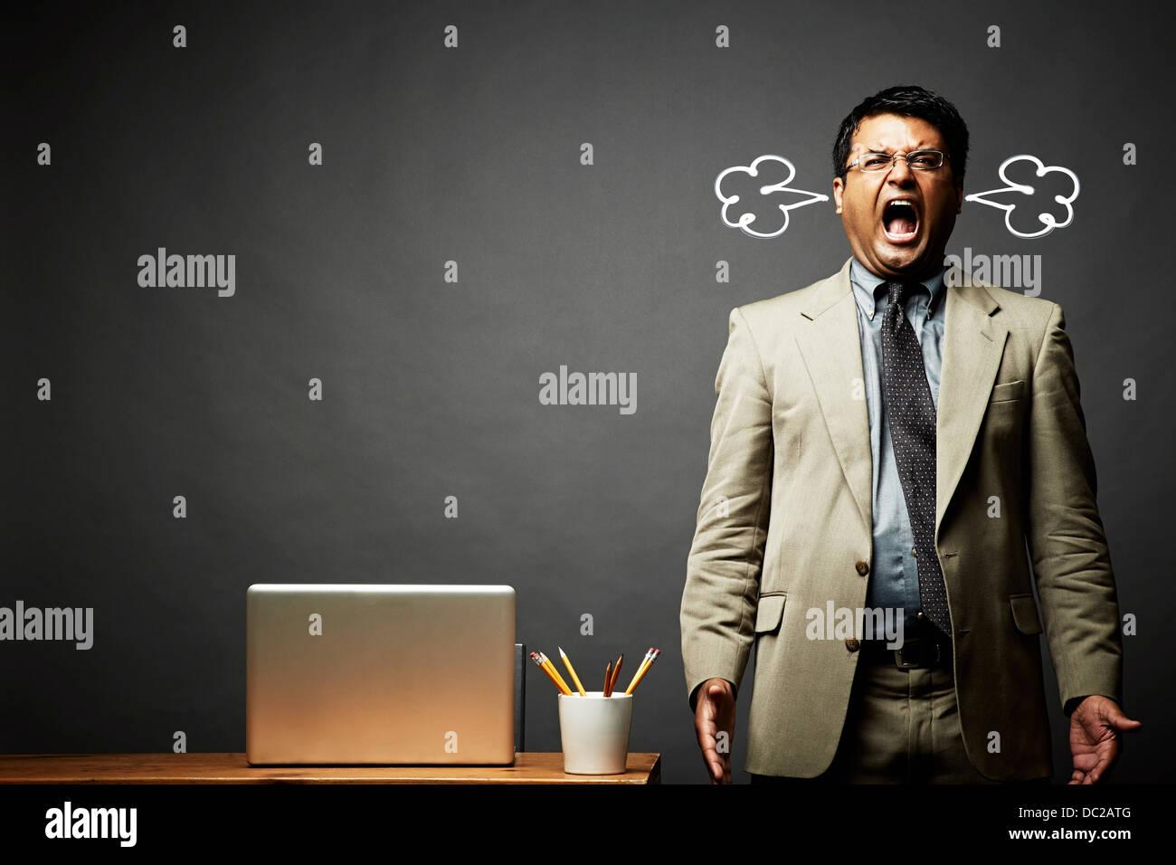 El hombre gritando y humeante Imagen De Stock