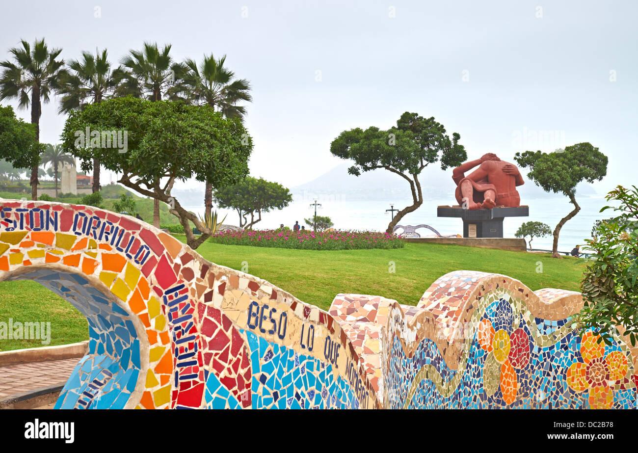 El parque del amor es un sobre los acantilados de Miraflores y enteramente dedicado al romance, Lima, Perú. Imagen De Stock