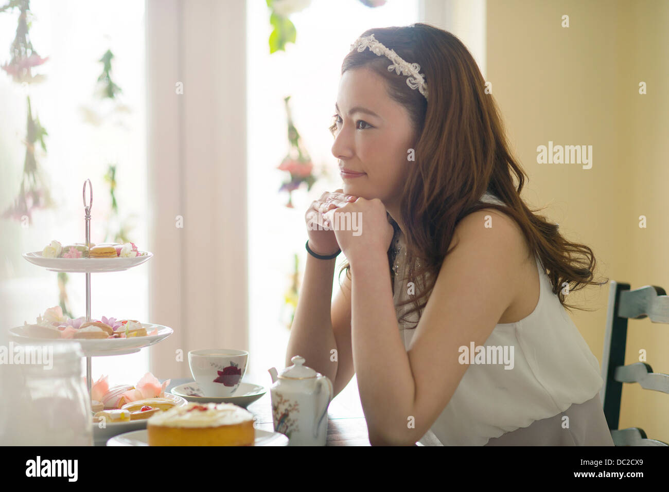 Mujer soñar despierto a la hora del té Imagen De Stock