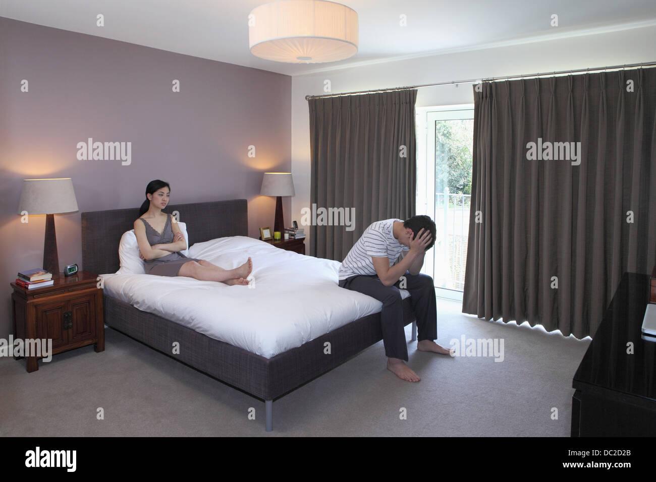 Pareja discutir en el dormitorio Foto de stock