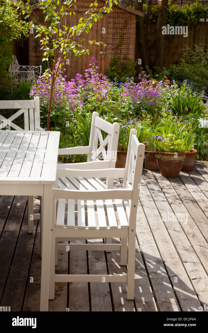 Muebles de jardín blanco y cubierta de madera con borde de verano en ...