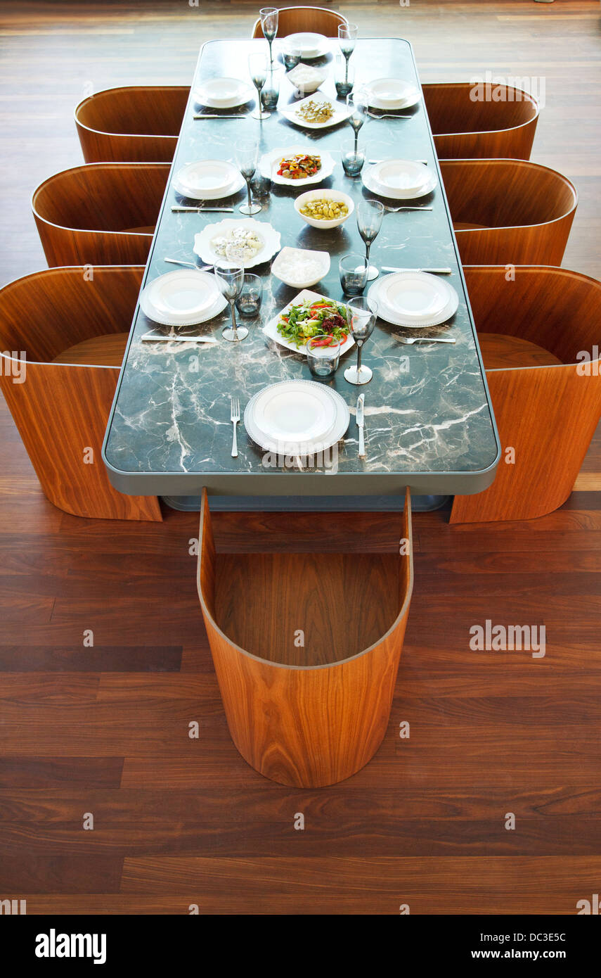 Placesettings y alimentos en tabla de lujo Foto de stock