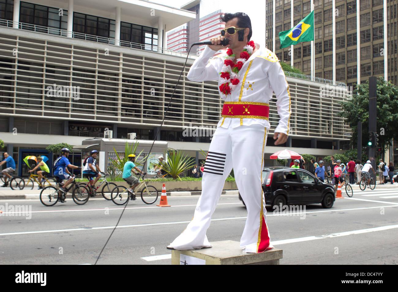 Un imitador de Elvis realiza en la Avenida Paulista, en Sao Paulo, Brasil, en febrero de 2013. Imagen De Stock
