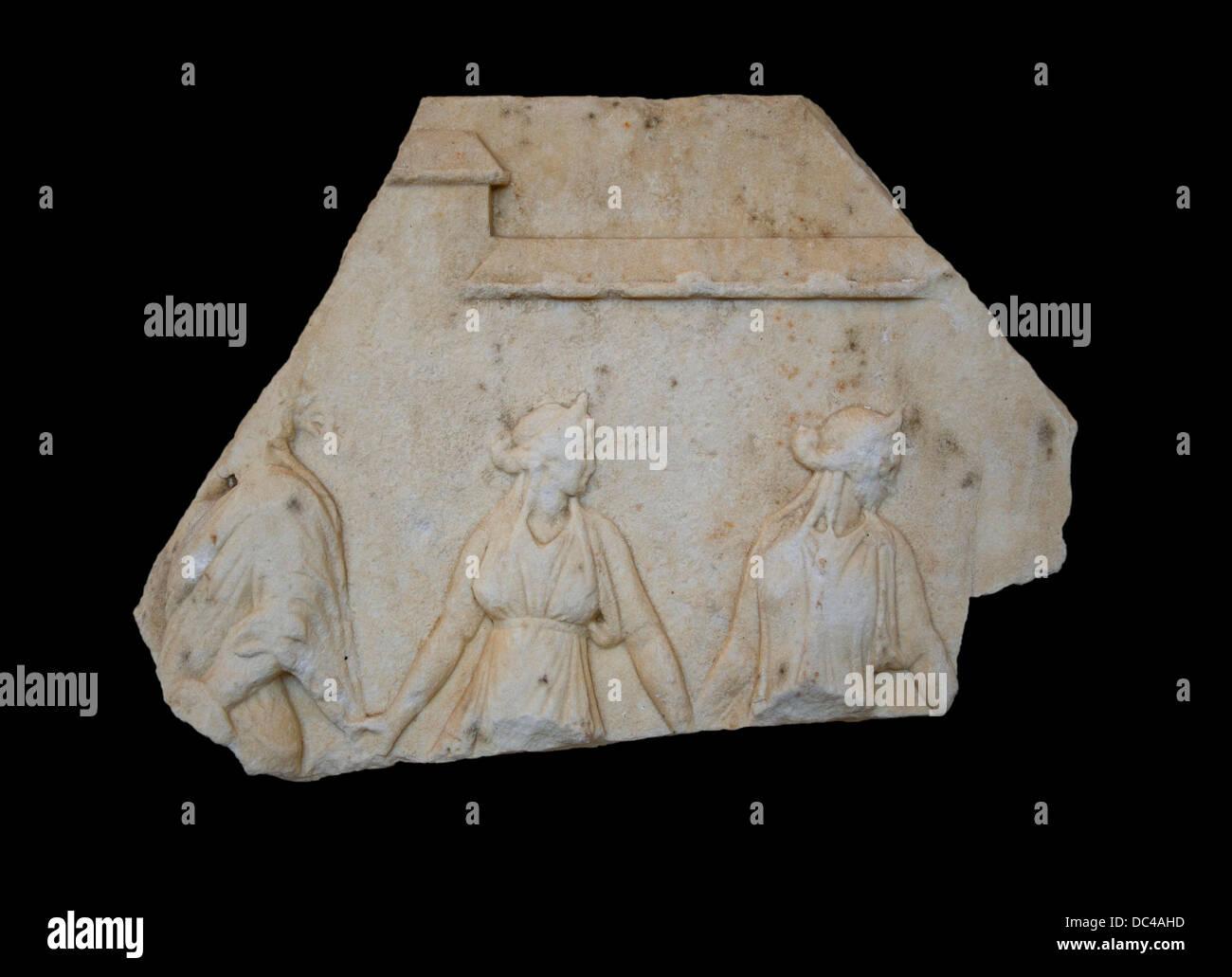 Sección de una votiva alivio con una representación de Hermes Nymphopompos, llevando las ninfas en danza. Archaicizing Foto de stock