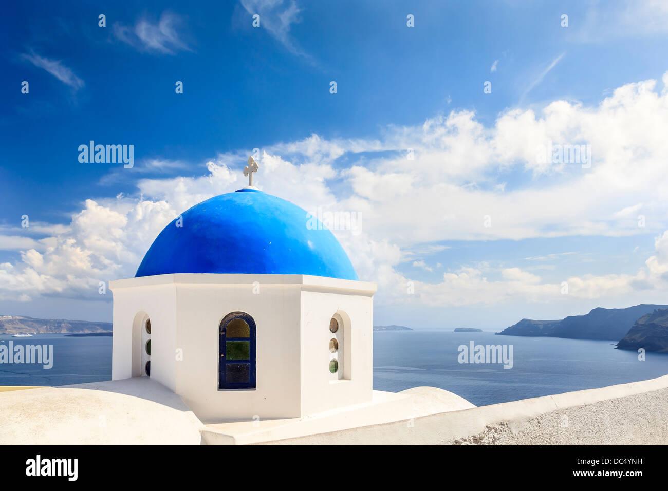 Hermosa iglesia de cúpula azul con vistas al mar Egeo en Oia, Santorini, Grecia, Europa Imagen De Stock