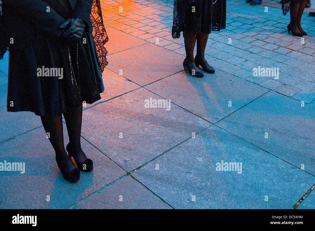 Las piernas de las mujeres durante la procesión de Semana Santa. Madrid, España. Imagen De Stock
