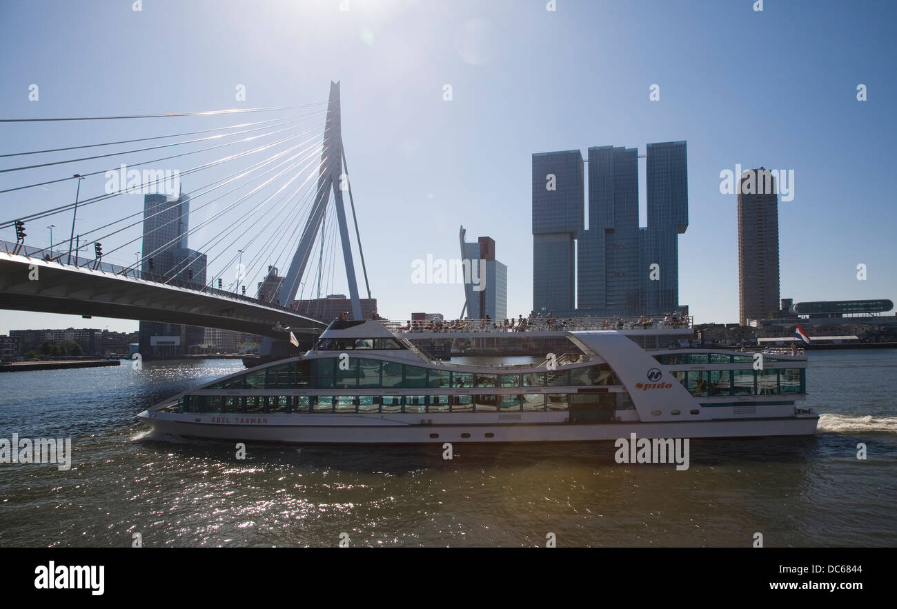 Spido viaje en bote río Maas Puerto de Rotterdam, Países Bajos con los brillos de la lente Imagen De Stock