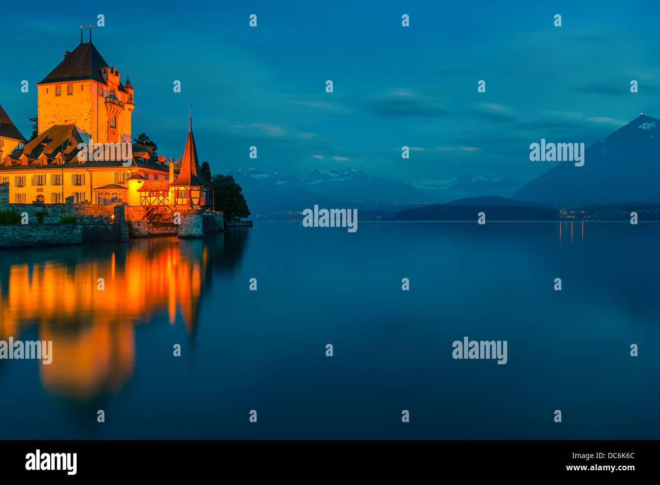 El castillo de Oberhofen mirando hacia el lago de Thun, Suiza. Imagen De Stock