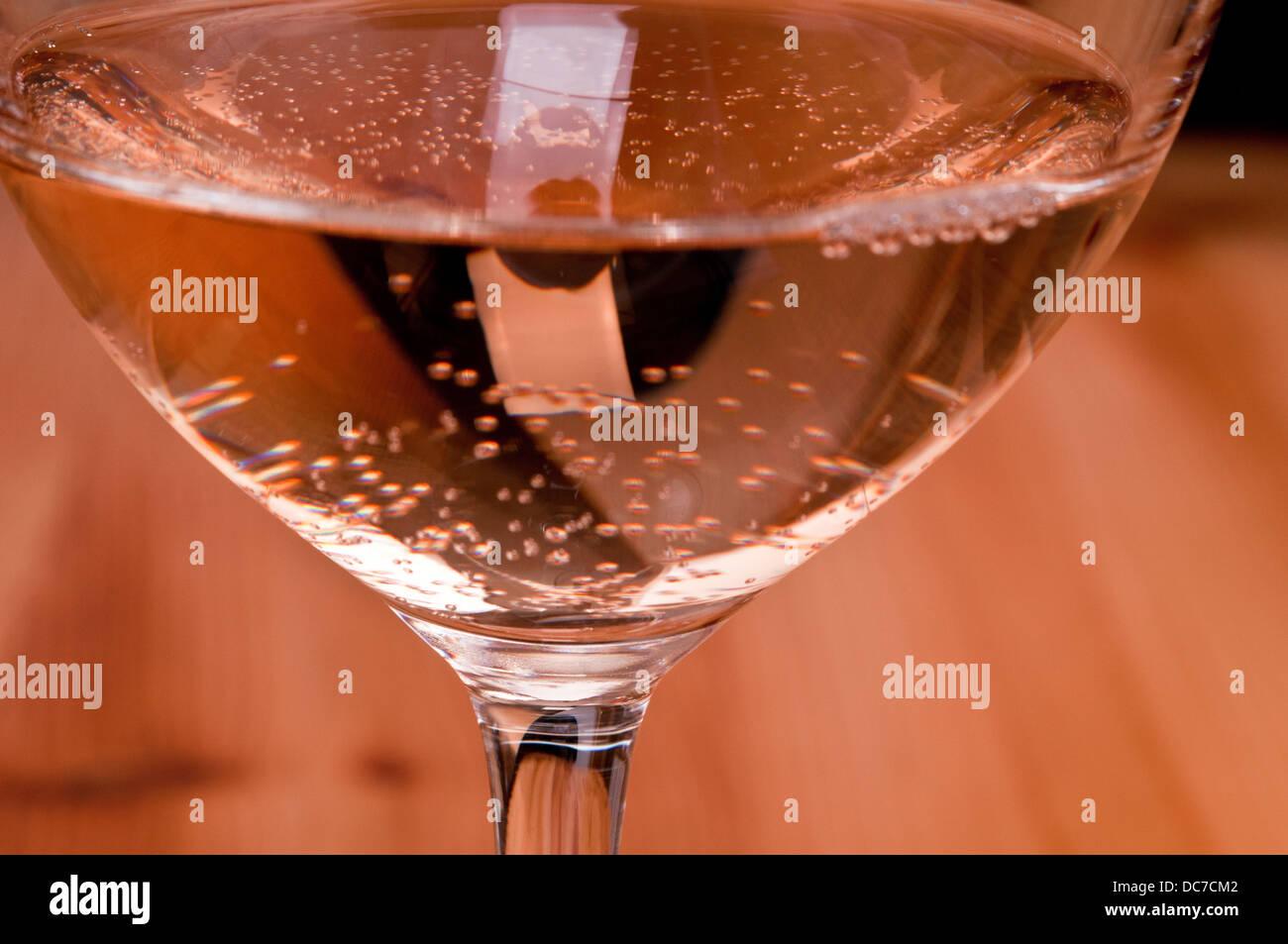 El ácido carbónico en un vaso de vino rosado Imagen De Stock