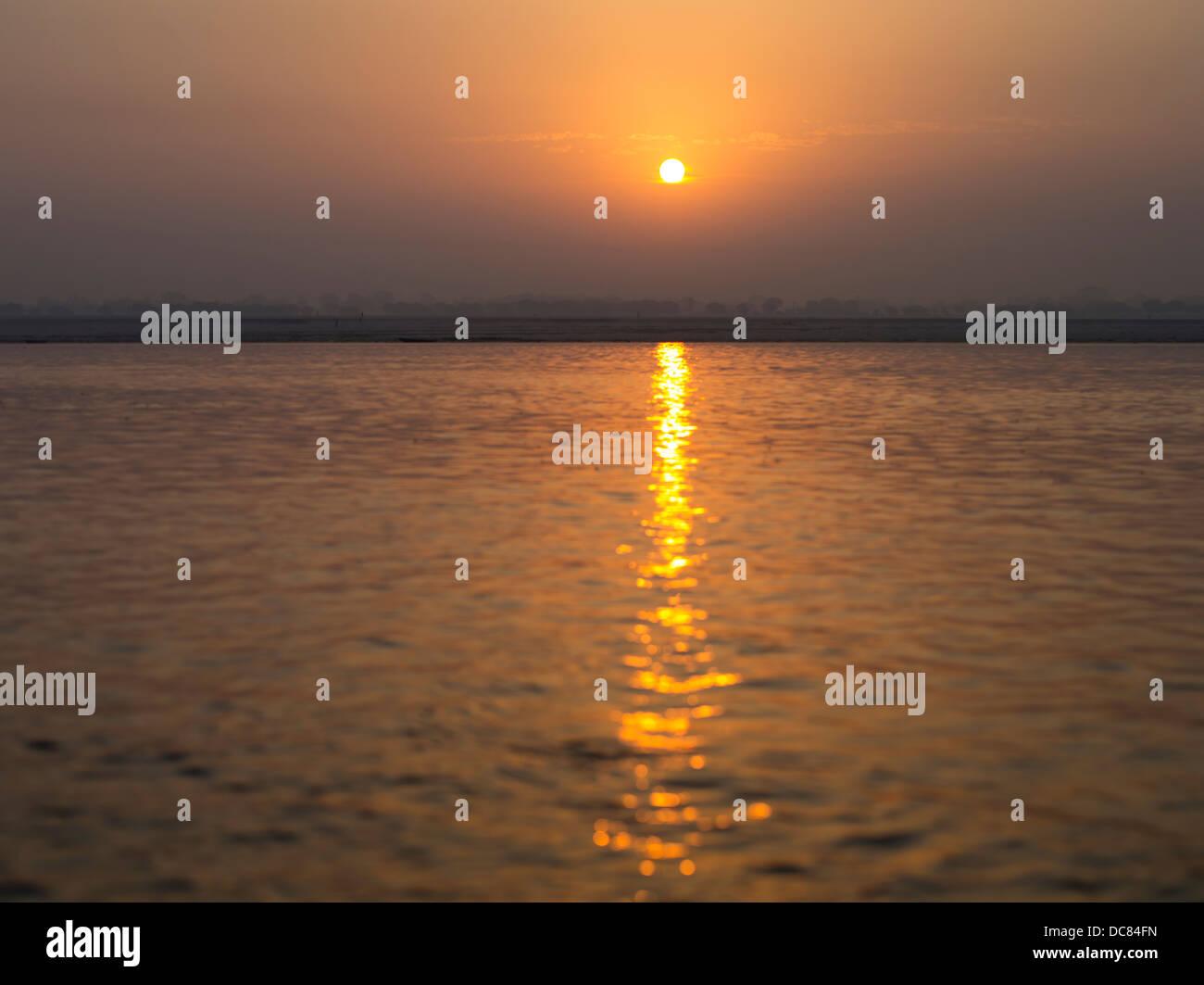 Amanecer en el río Ganges - Varanasi, India Imagen De Stock