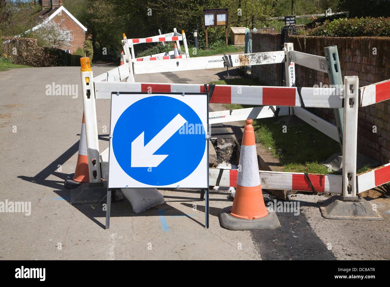 La dirección de la flecha azul señales de carretera en obras viales UK Imagen De Stock
