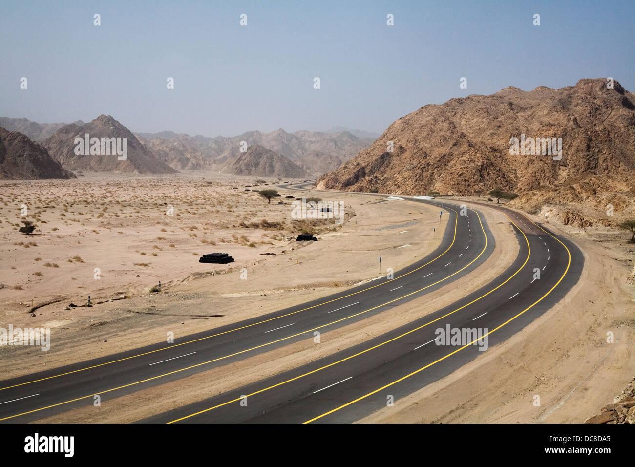 La carretera número 5 Duba-Haql pasando por las montañas Sarawat en el noroeste de Arabia Saudita. Imagen De Stock