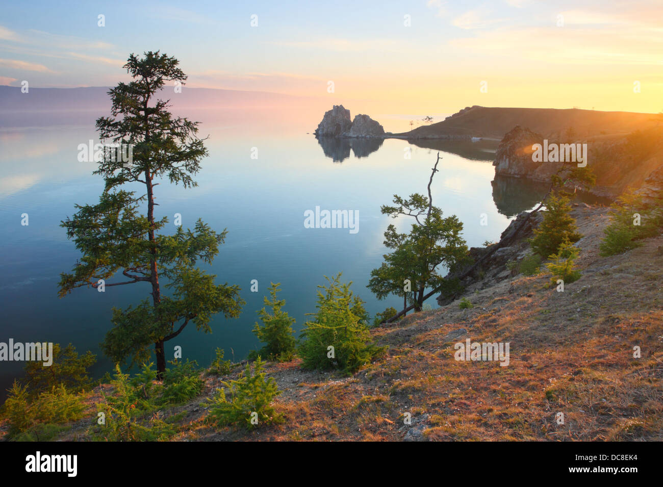 """""""Montaña"""", Burkhan hamanka Cape, uno de los nueve lugares más sagrados en Asia sobre Olkhon isla en el Lago Baikal Foto de stock"""