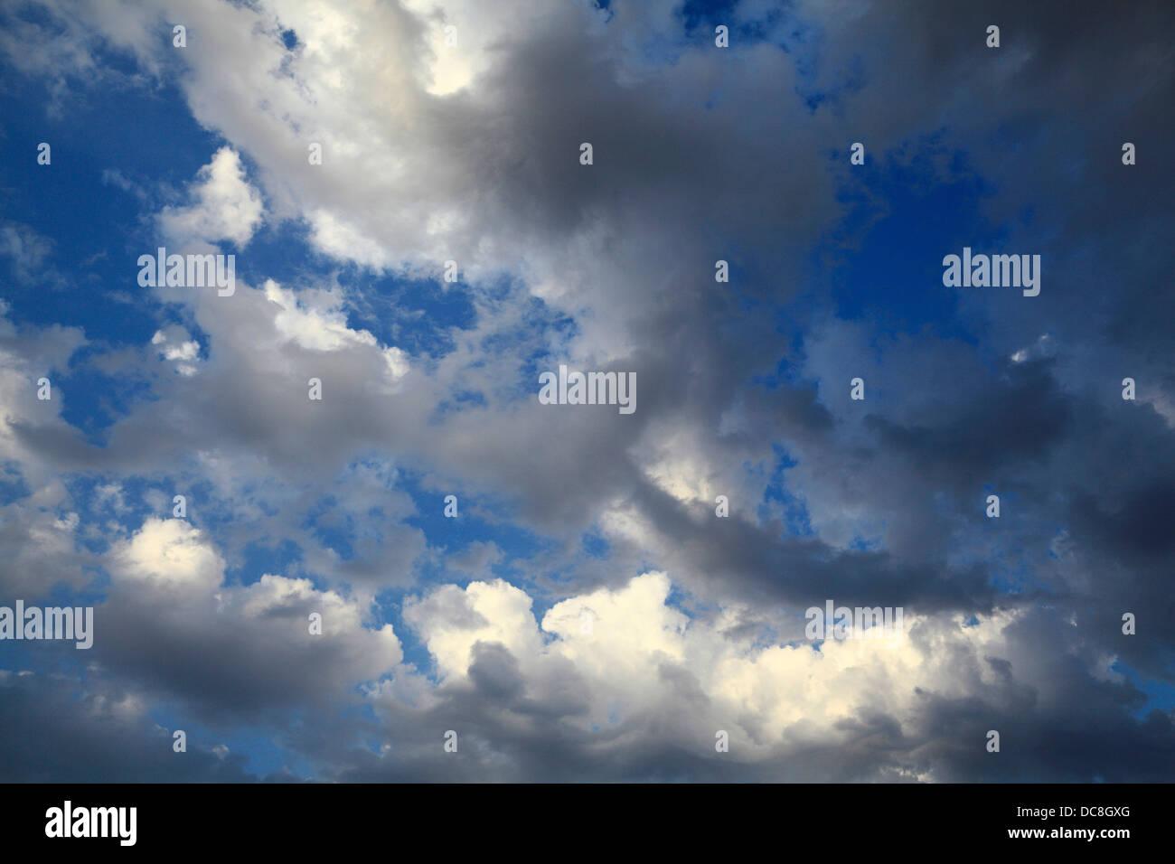 Cielo azul, blanco y gris oscuro de las nubes, fondo de cielo nuboso clima METEOROLOGÍA Imagen De Stock