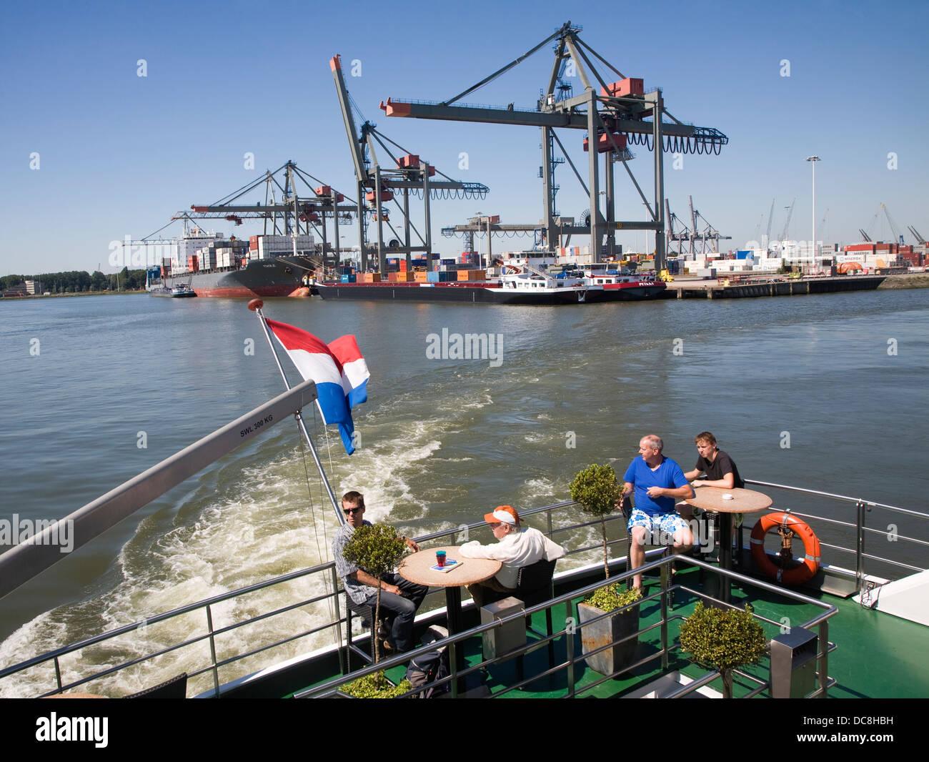 Gente disfrutando de Spido viaje en barco por el puerto de Rotterdam, Países Bajos Imagen De Stock