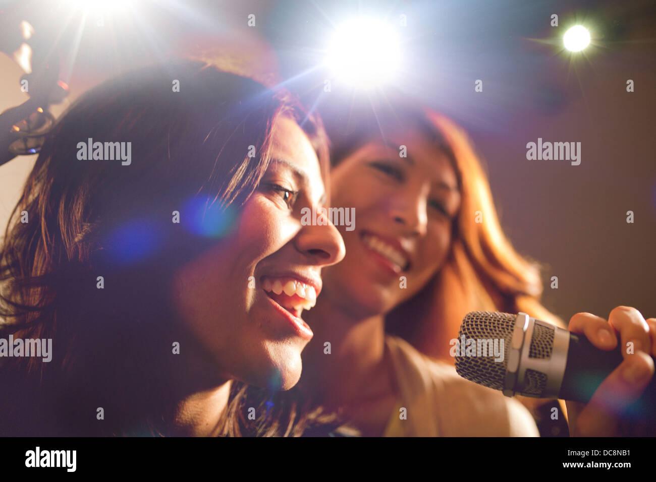 Dos mujeres cantando karaoke. Imagen De Stock