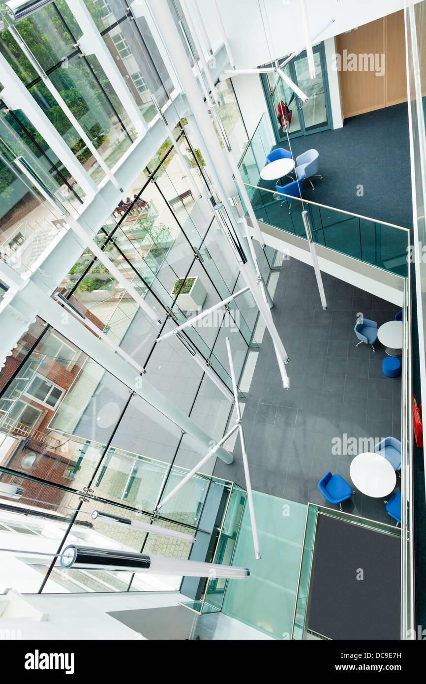 Mirando hacia abajo en el pasillo de extensión con paredes de cristal a Notting Hill Ealing High School Foto de stock