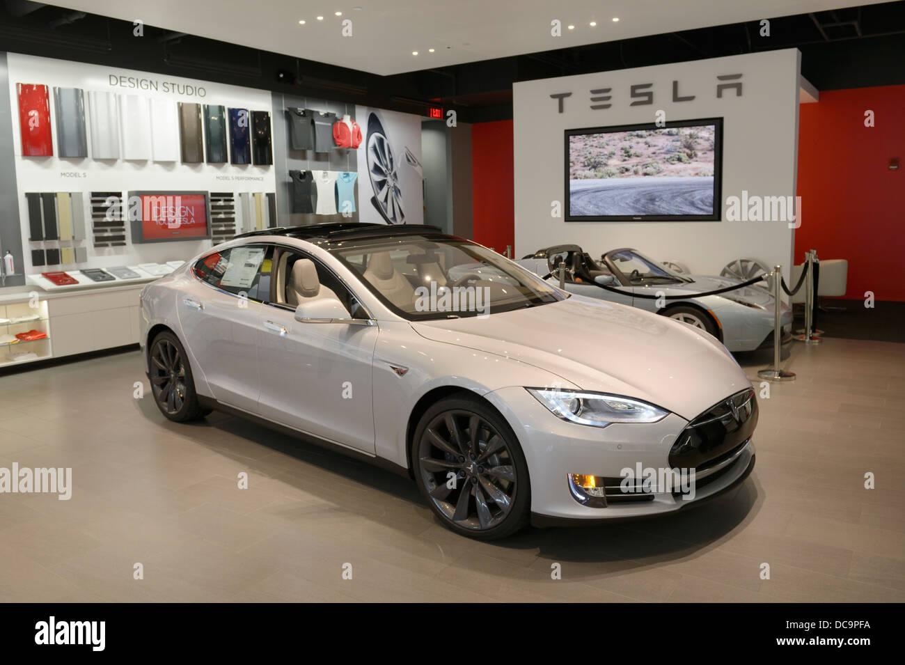 Concesionario de automóviles eléctricos Tesla (tienda) en un centro comercial, NJ, EE.UU. con el modelo Imagen De Stock