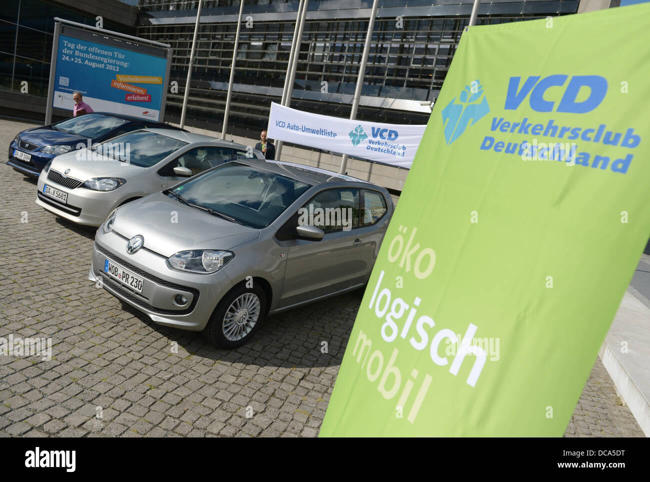 (Guía) un folleto de VW, de fecha 14 de agosto de 2013 muestra tres autos compactos realizados por empresas del Foto de stock