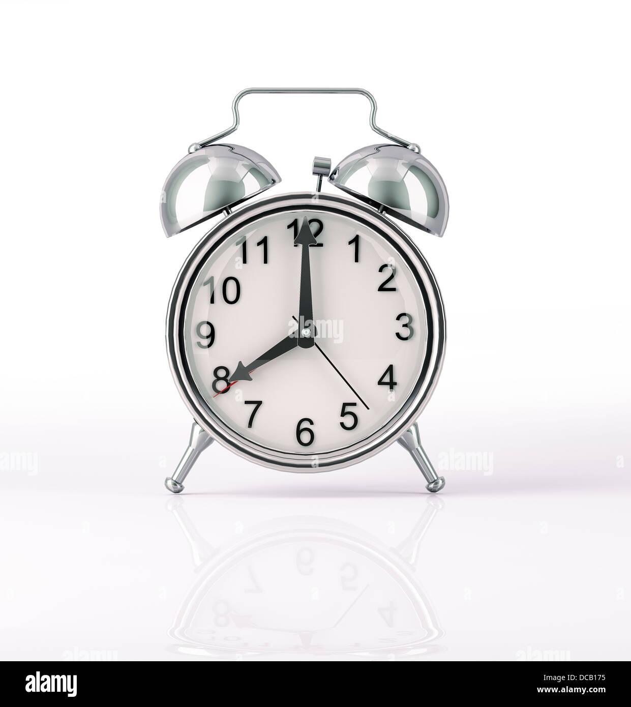 Reloj despertador clásico cromados, vista frontal sobre fondo blanco, con una ligera reflexión sobre la Imagen De Stock