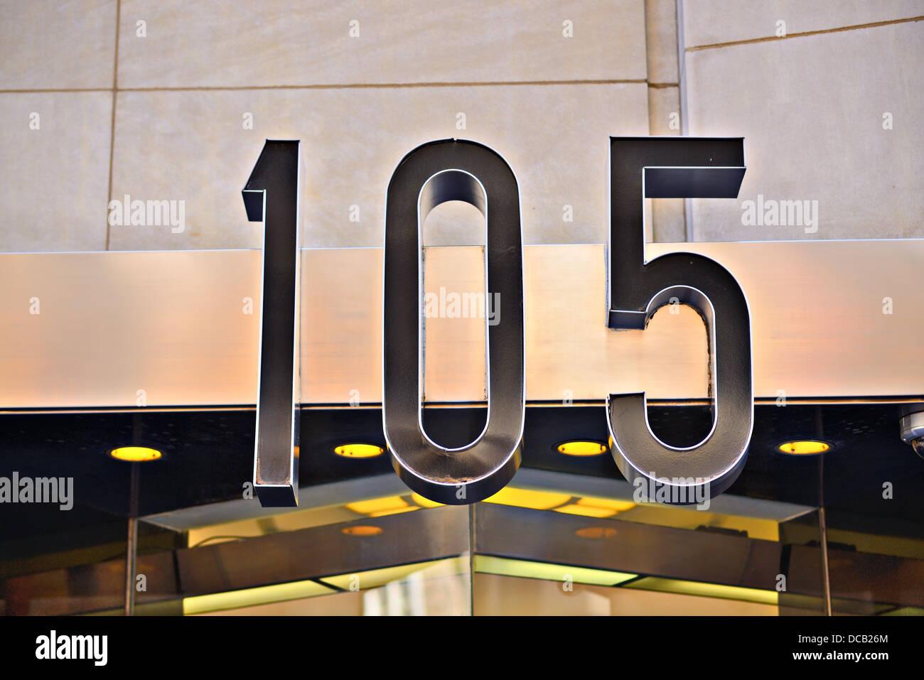Edificio dirección número 105. Foto de stock