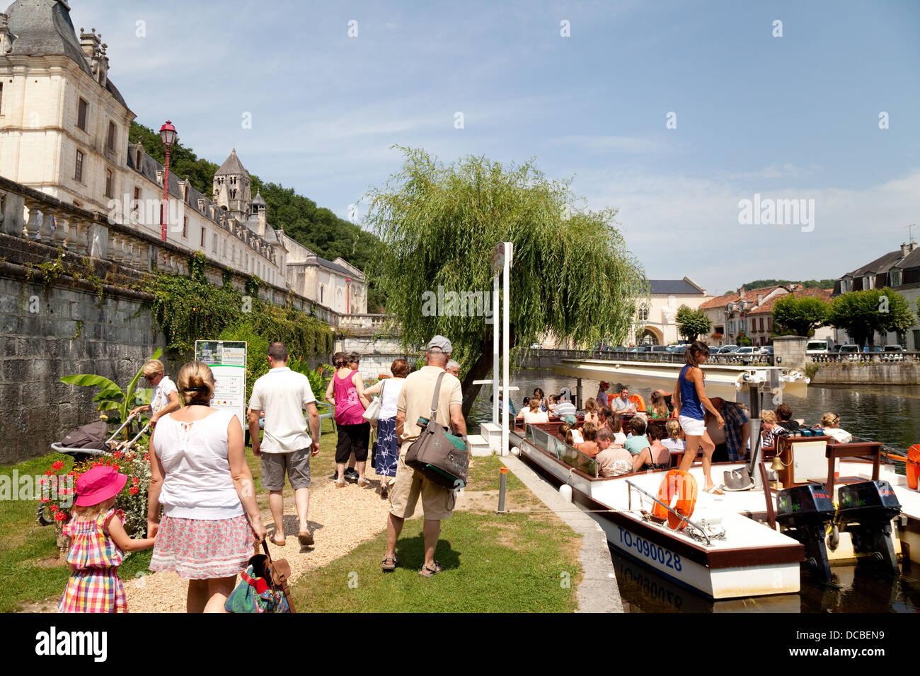 Los turistas guiados de embarcarse en un viaje en barco por el río Dronne por la abadía benedictina de Imagen De Stock