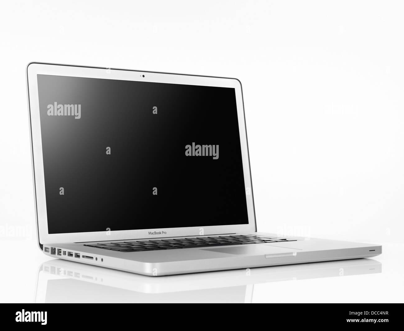 Ordenador portátil Apple Macbook Pro con pantalla en blanco aislado sobre fondo blanco. Imagen De Stock