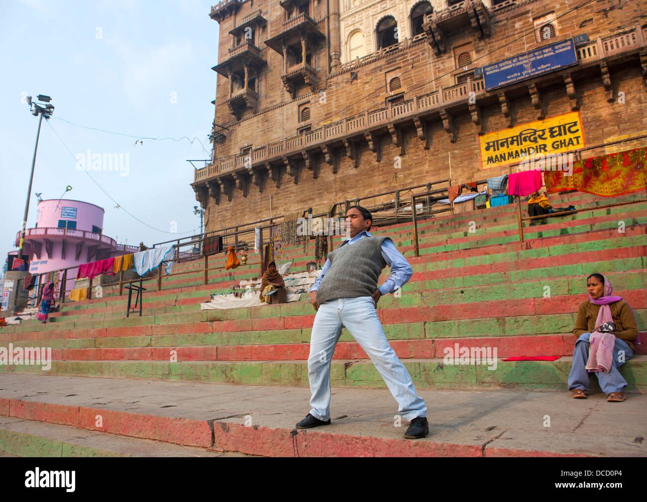 Hombre indio haciendo gimnasia en Manmandir Ghat, Varanasi, India Imagen De Stock