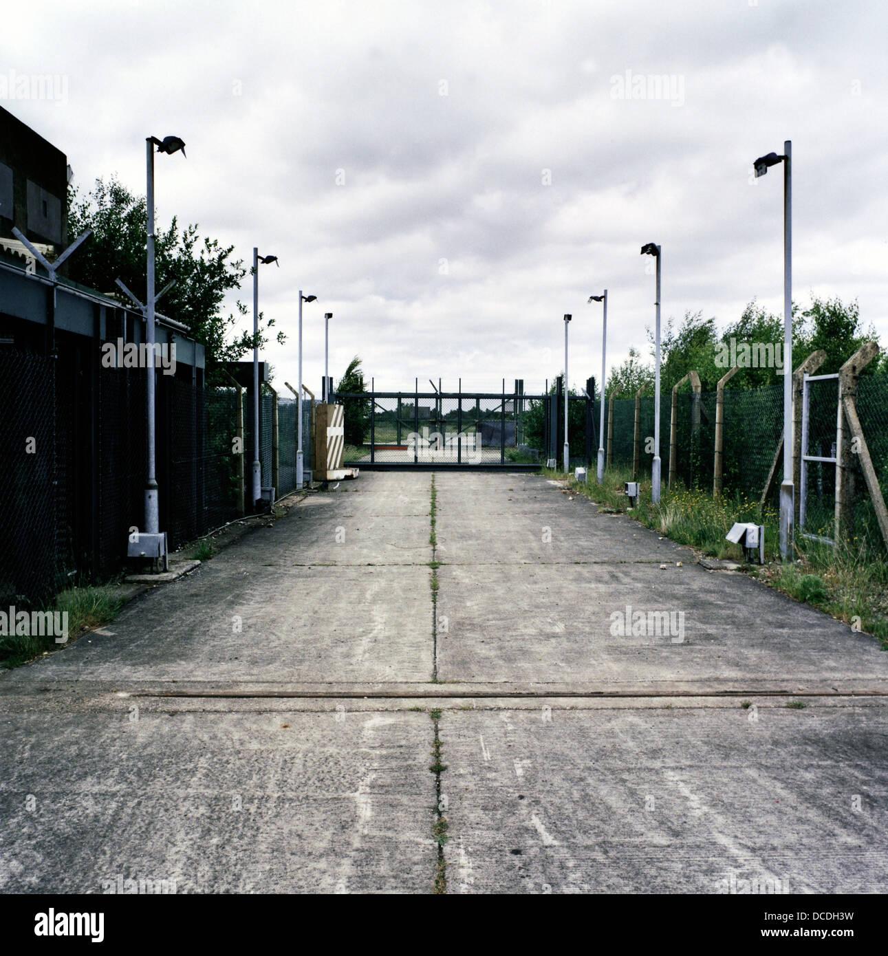 Valla de hormigón y paisaje en la entrada del antiguo aeródromo de armas nucleares era ocupada por el Imagen De Stock