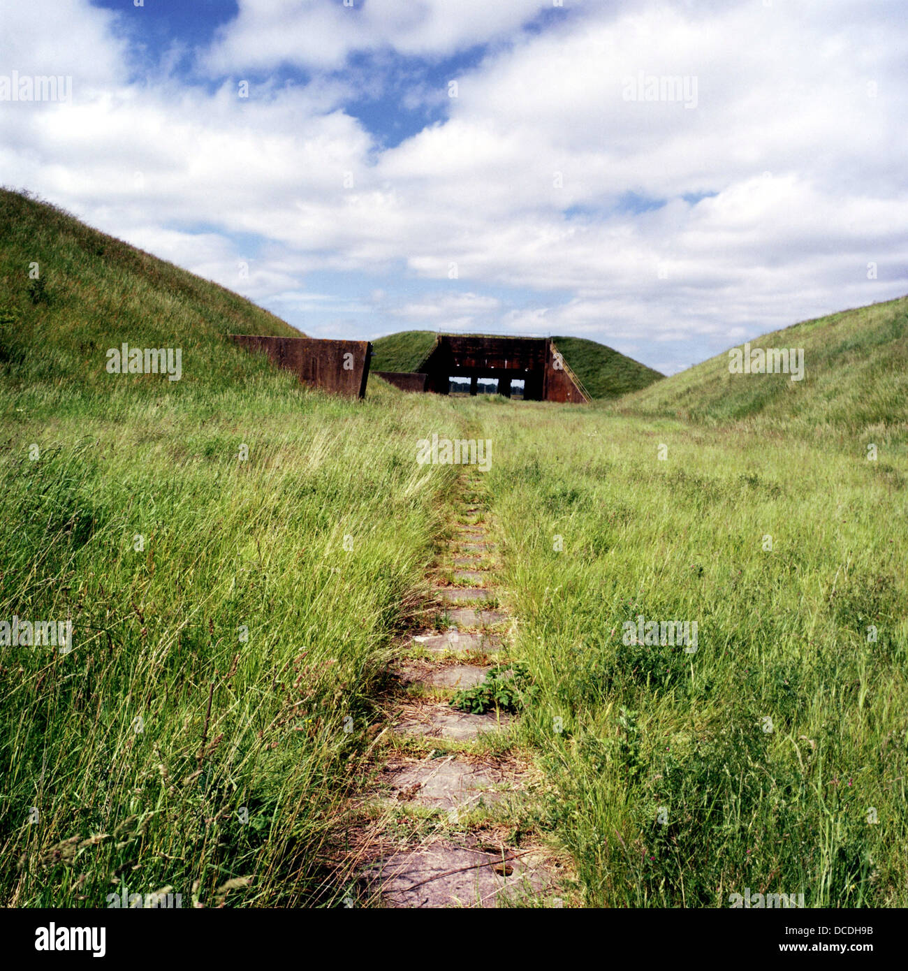 Paisaje Natural de cubiertas de pastos y silos de misiles en el antiguo aeródromo de armas nucleares era ocupada Imagen De Stock