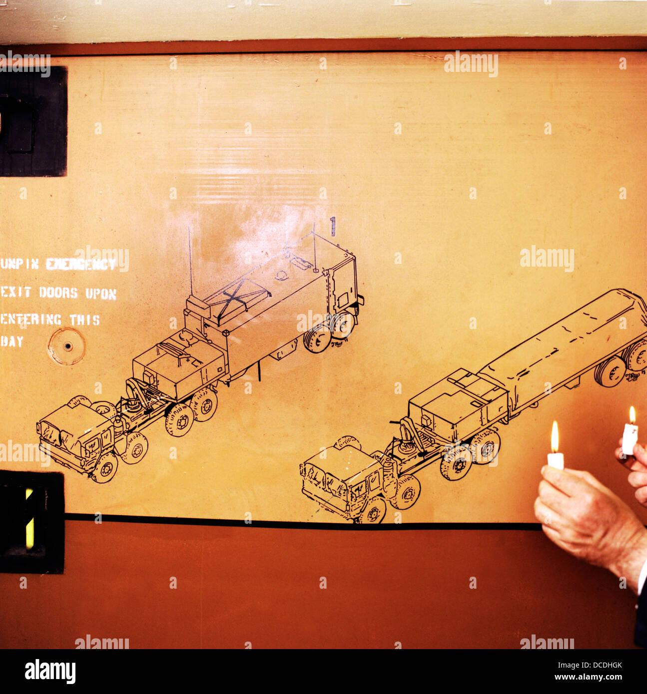 Arte de pared detalle dentro de un búnker de menor control de tierra en el antiguo aeródromo de armas Imagen De Stock
