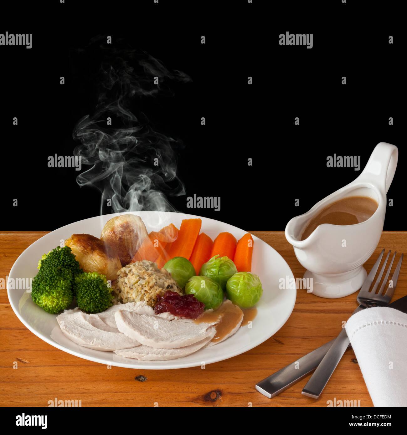 Cena de pollo asado - un típico almuerzo de Navidad con vapor visible, con espacio para su propio texto. Imagen De Stock