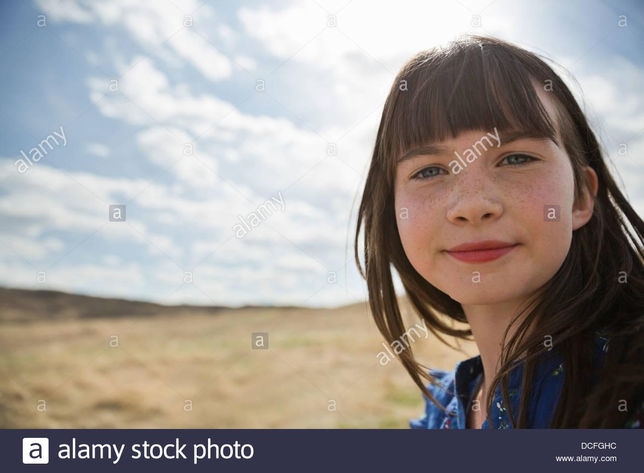 Retrato de linda colegiala mirando a la cámara Imagen De Stock