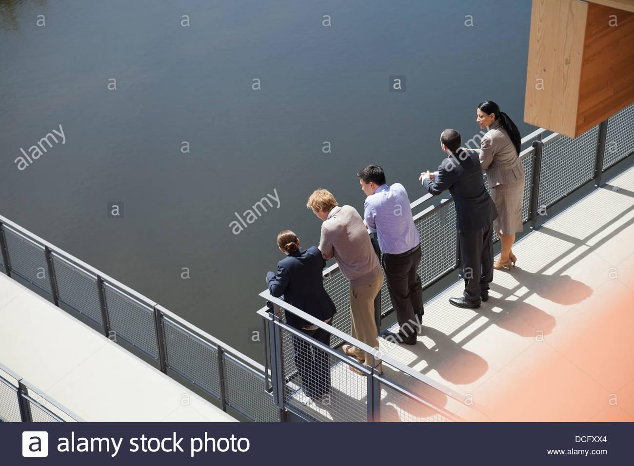 La gente de negocios de pie en una línea en el balcón Imagen De Stock