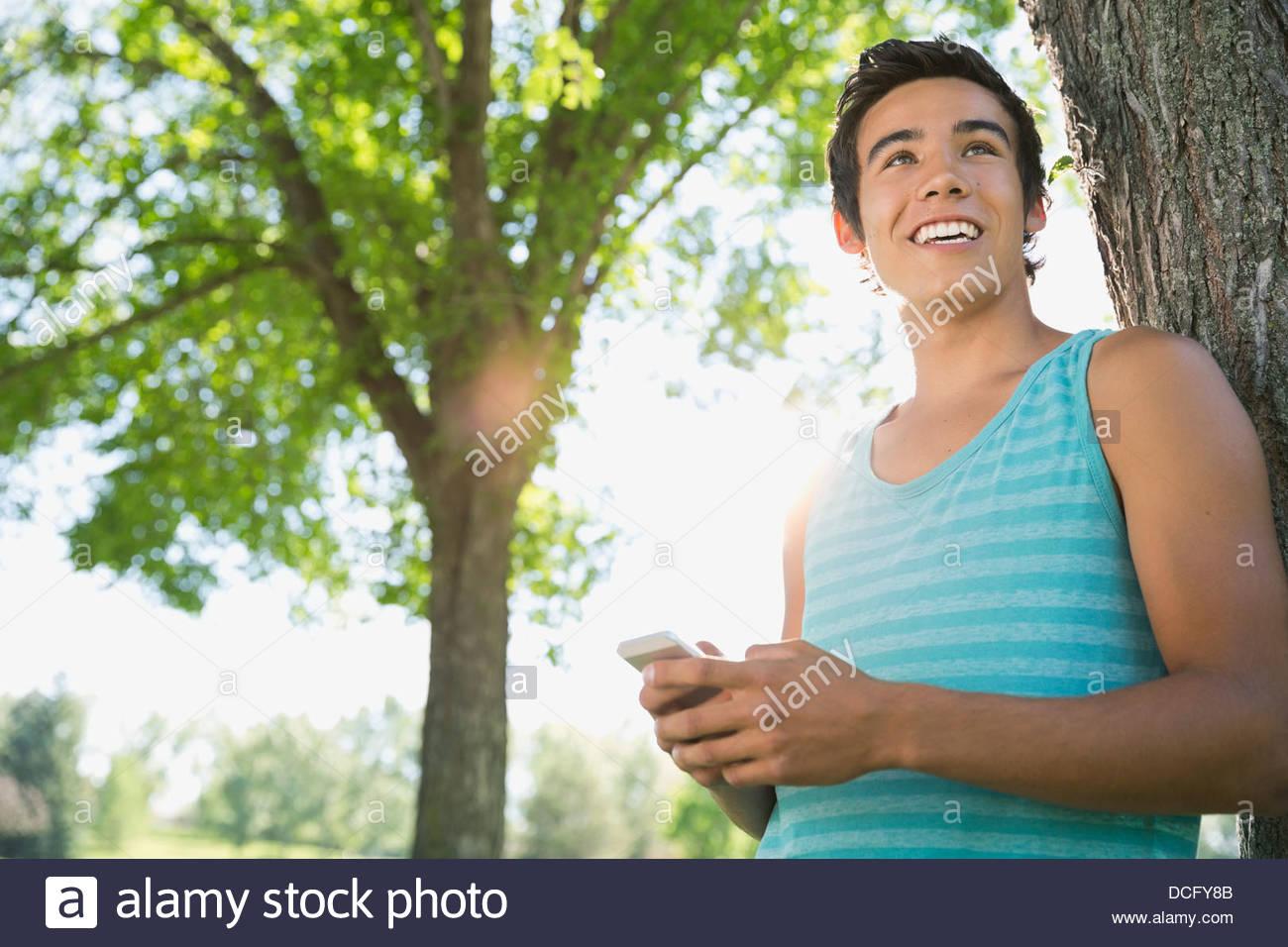 Adolescente con teléfonos inteligentes. Imagen De Stock