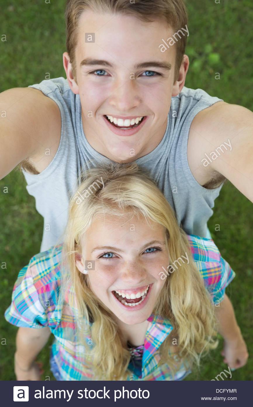 Un alto ángulo de visualización de adolescentes al aire libre Imagen De Stock