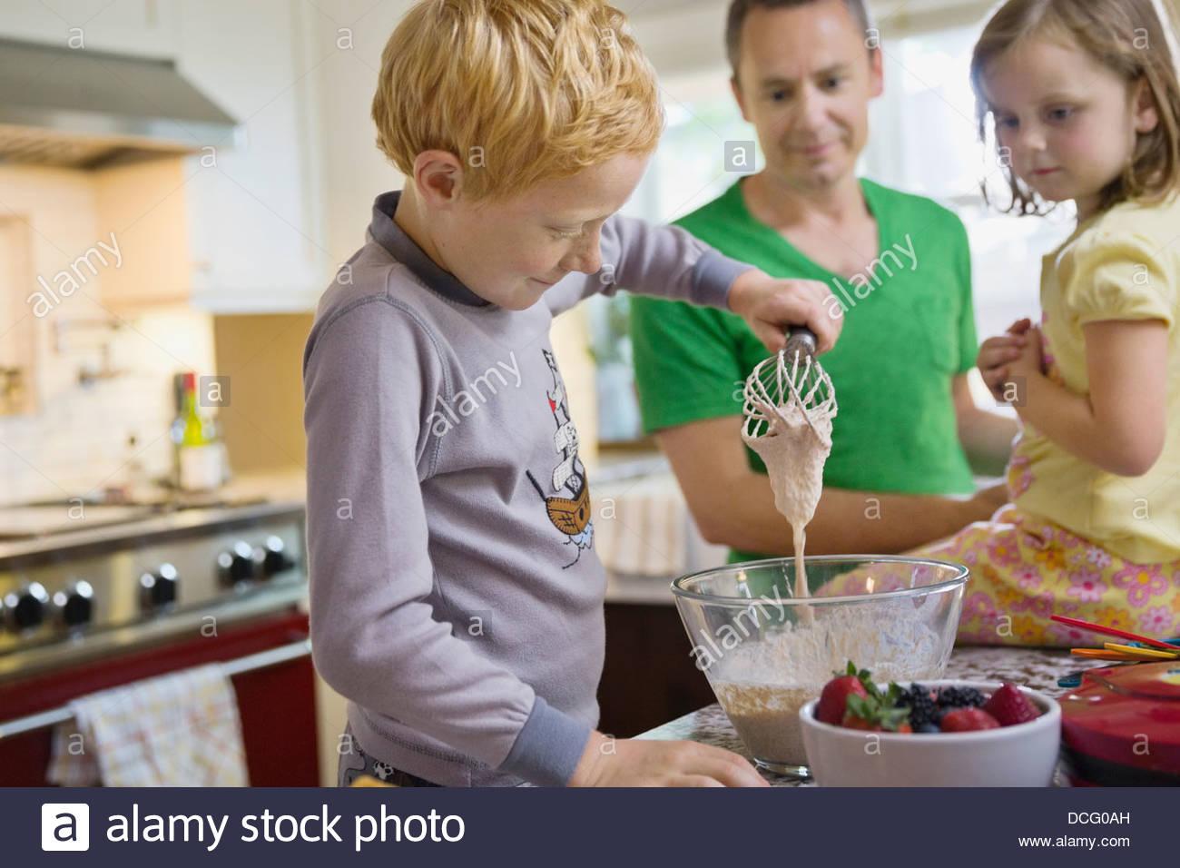 Niñito mezclando waffle bateador Imagen De Stock