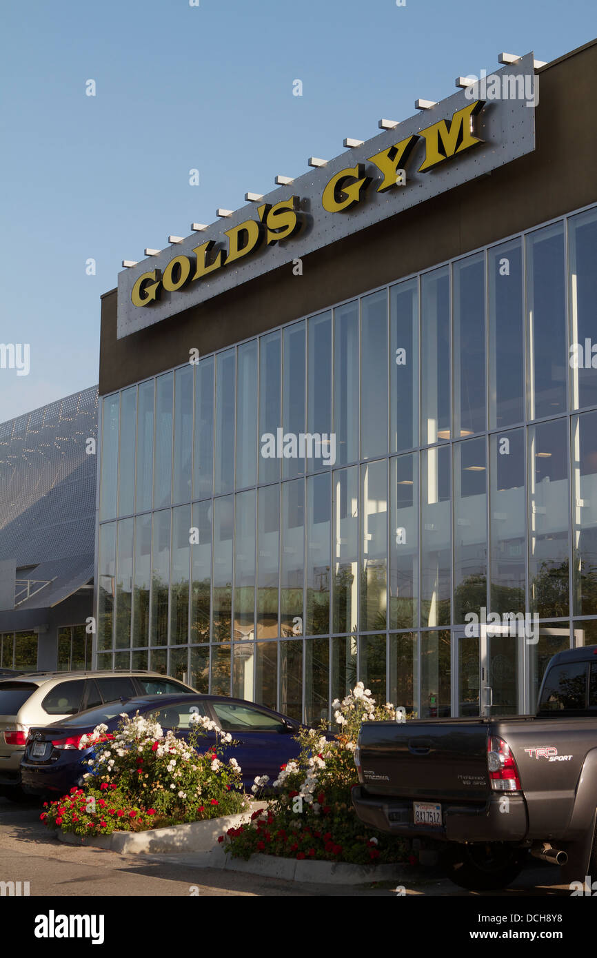 Una vista exterior de golds gym fitness center en Santa Ana, California, EE.UU. Foto de stock
