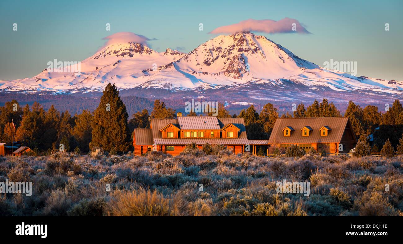 Ranch y el Sur y Norte de la Hermana picos en Oregon detrás Imagen De Stock
