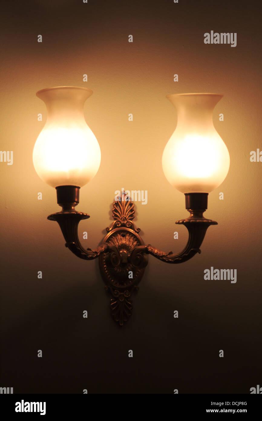 Lámparas de Gas tradicionales con poca luz ambiental montada en una pared en una casa histórica Imagen De Stock