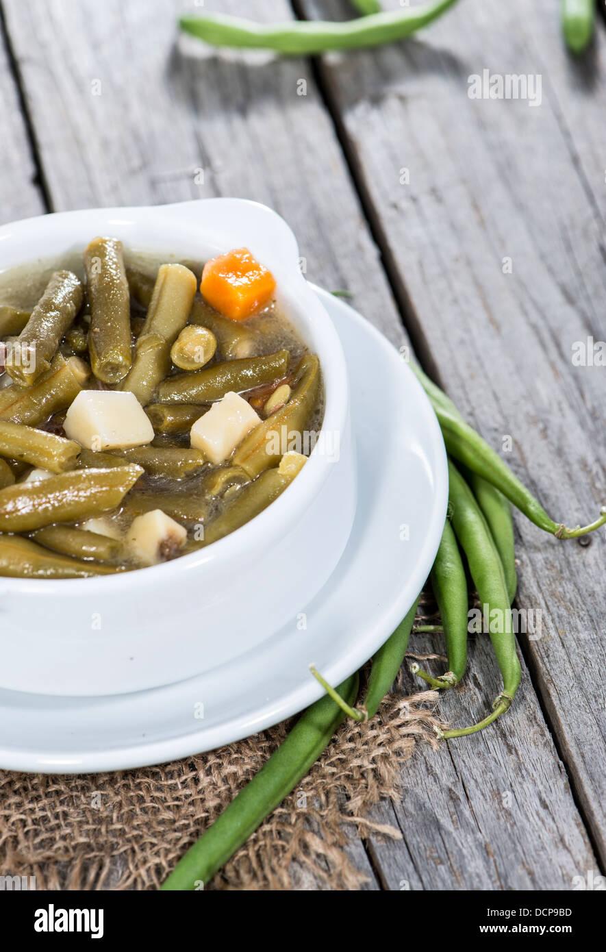 Recipiente con guiso de habichuelas verdes recién hechas Imagen De Stock