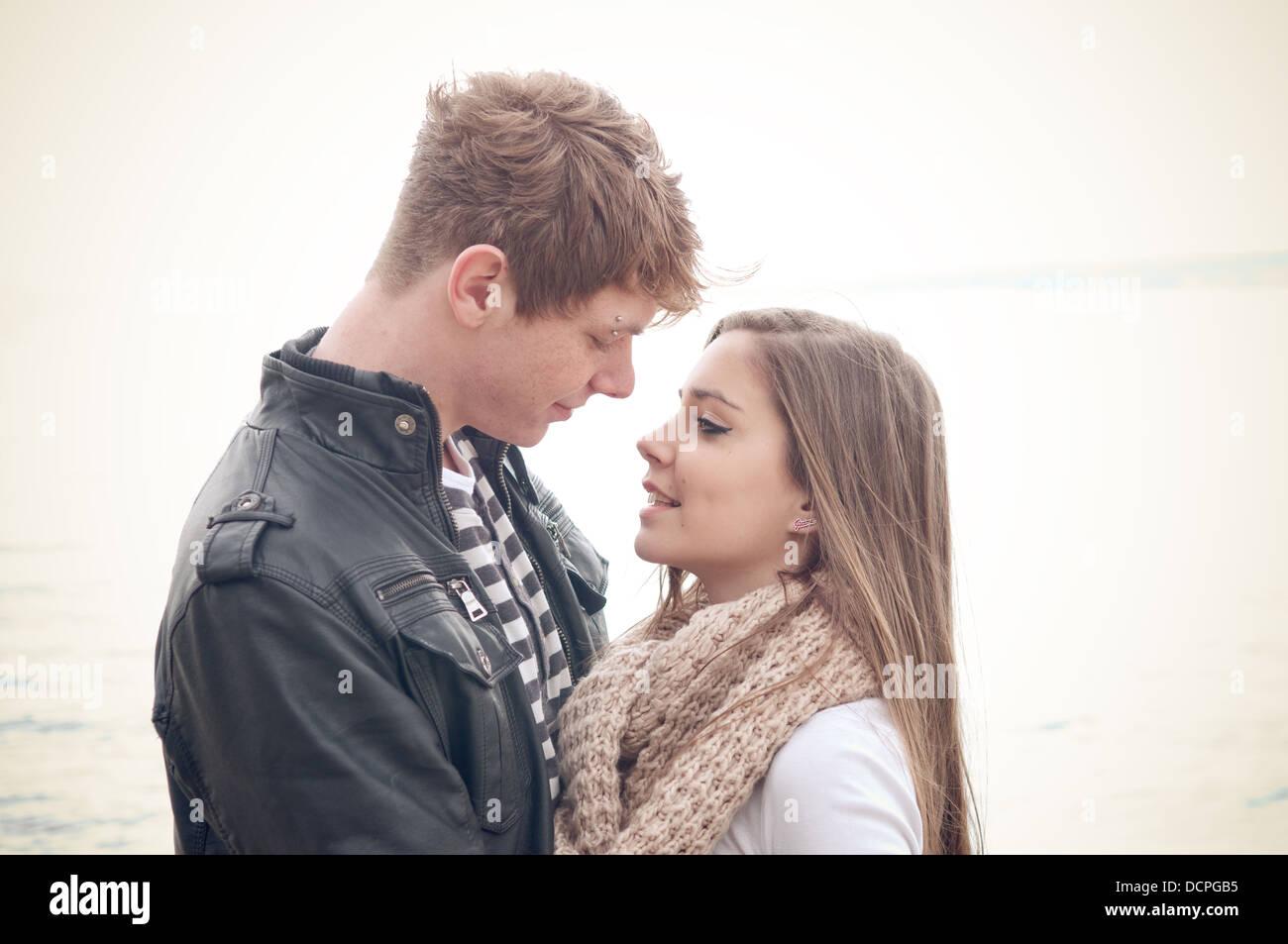La pareja de adolescentes en el amor Imagen De Stock