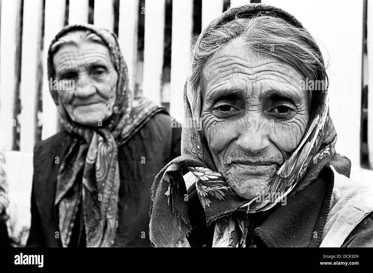 Ancianos altos las mujeres romaníes en Valea Seaca village Bacau Rumania Foto de stock