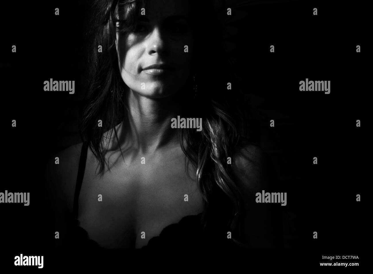 Blanco y negro misterioso retrato de mujer en bra Imagen De Stock