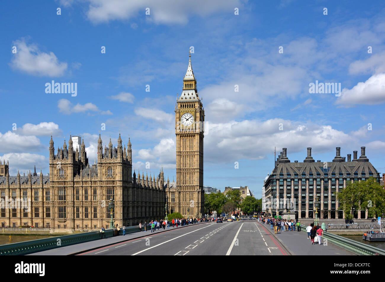 Las casas del parlamento con Elizabeth Tower (Big Ben) y Portcullis House visto desde el puente de Westminster Londres, Inglaterra Foto de stock