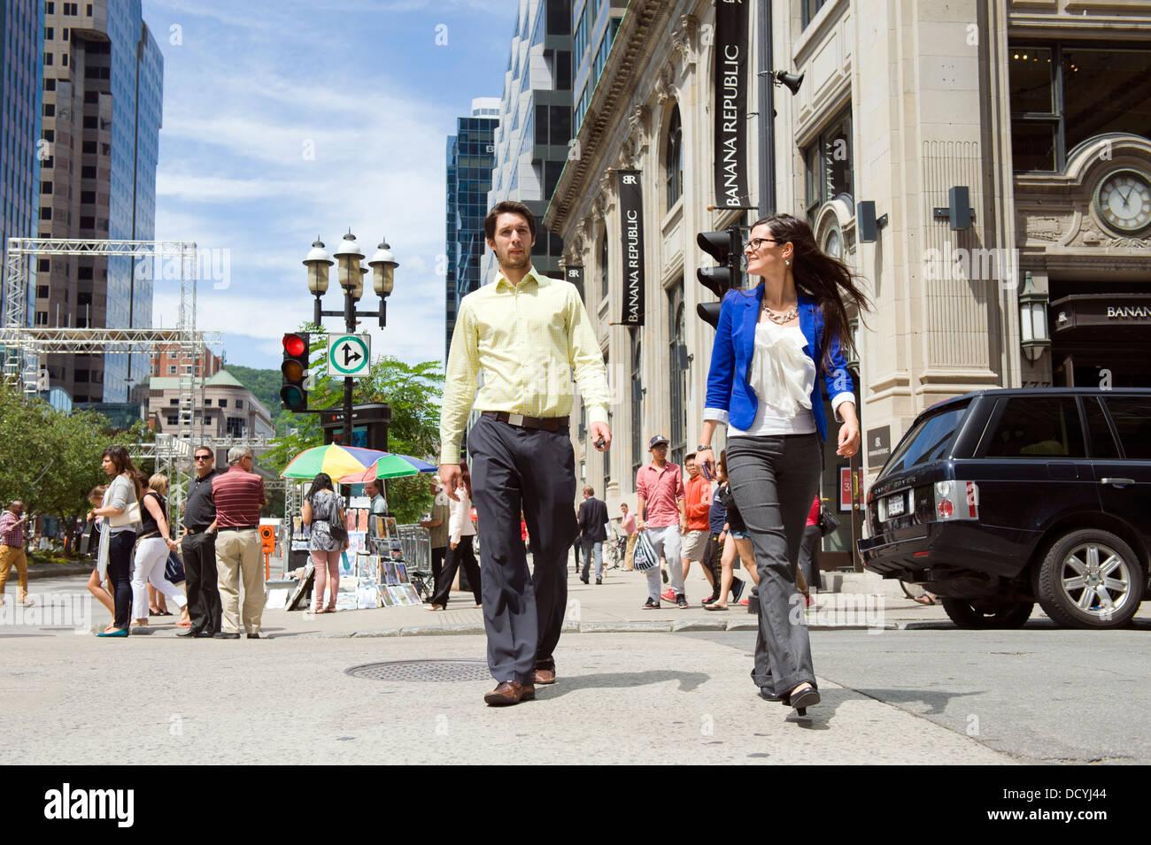 Los peatones cruzando la calle, Montreal, provincia de Quebec, Canadá. Imagen De Stock