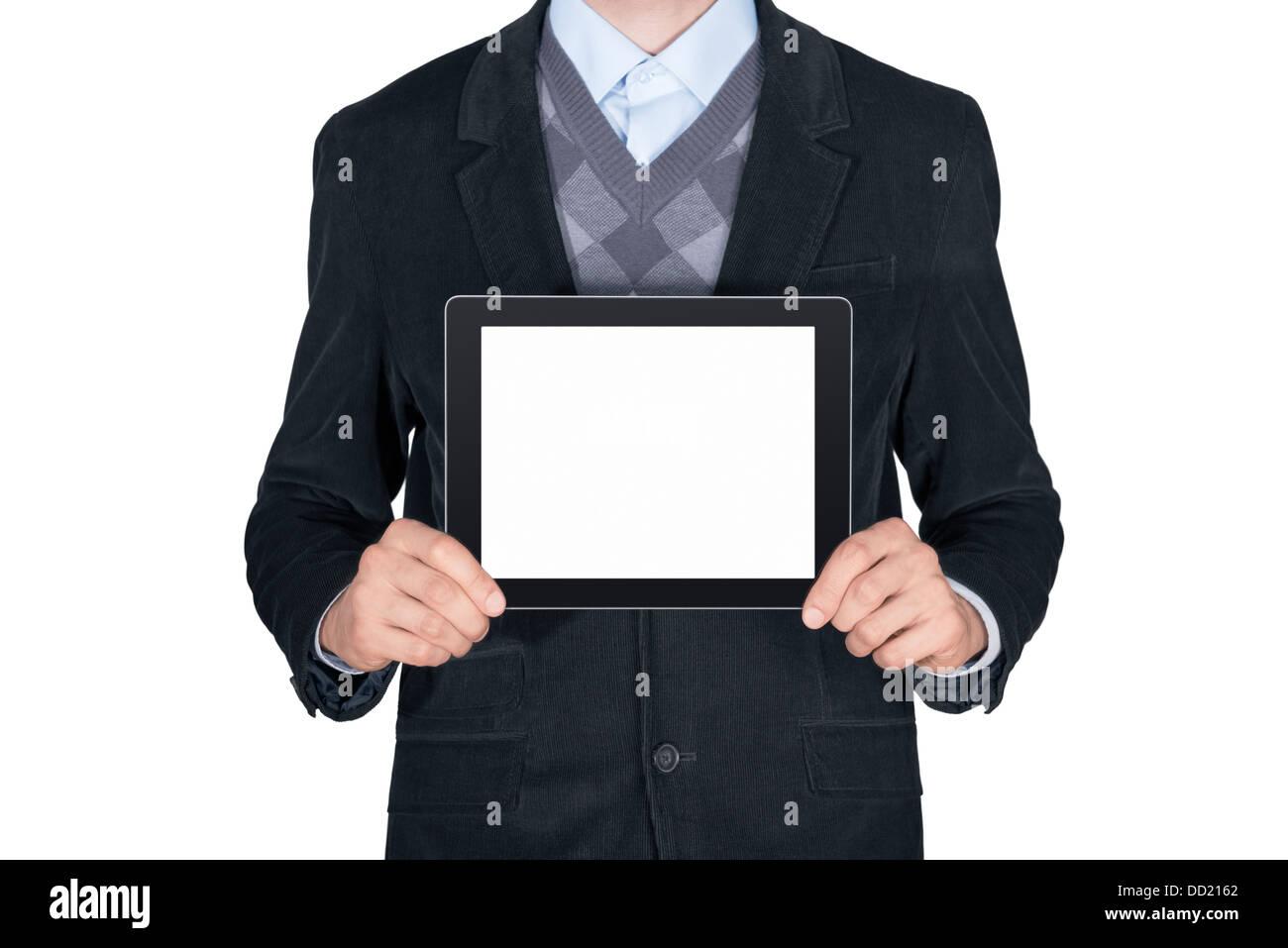 Joven con traje negro mostrando tableta digital moderna con pantalla en blanco. Aislado sobre fondo blanco. Foto de stock
